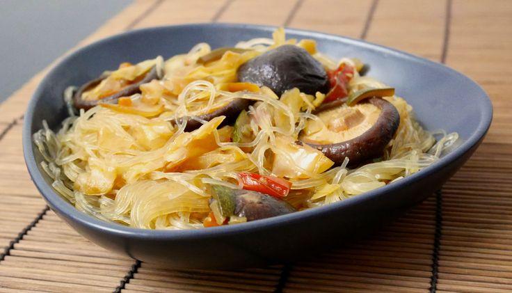 I vermicelli di soia con verdure e funghi shitake sono un primo che è possibile assaggiare in tutti i ristoranti cinesi. Questa è una versione vegetariana