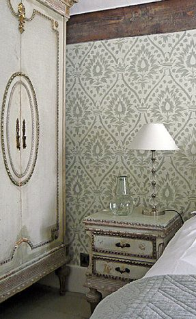 Beautiful wallpaper and furniture combo.