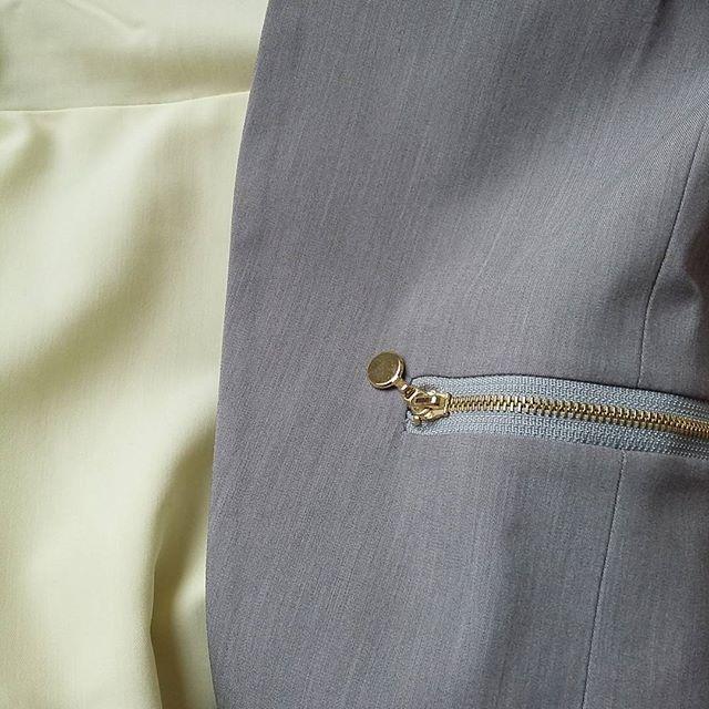 A jak wam się podoba taki zestaw kolorów? żółta sukienka i szara marynarka #żółta #sukienka #szara #marynarka #ootd #dress #jacket