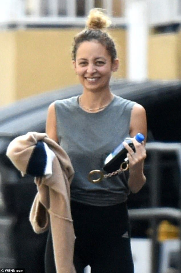 Nicole Richie goes make-up free as she hits the gym  Shes no stranger to dazzling at glitzy fashion events.  But Nicole Richie looked every inch the off-duty beauty as she hit her local gym in Los Angeles with a female friend on Thursday.  The reality star turned designer 36 went make-up free as she worked up a sweat in form-fitting fitness gear.  Scroll down for video  Working up a sweat:Nicole Richie looked every inch the off-duty beauty as she hit her local gym in Los Angeles with a…