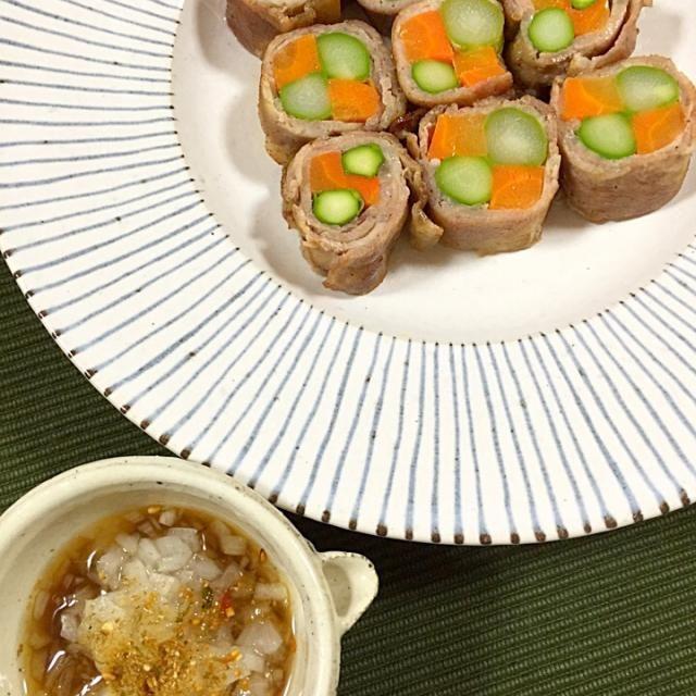 ゆっこちゃん、400投稿おめでとう〜  ゆっこちゃんが作っていた豚肉とゆみちゃんの新タマ甘酢漬けの組み合わせで、豚肉の野菜にアレンジしたよ〜 タマネギはみじん切りにしてポン酢ソースに❗️ ソースでほんとサッパリ - 113件のもぐもぐ - 豚肉の野菜巻き  ゆみちゃんの新タマ甘酢漬けのポン酢ソースで! by アッツ