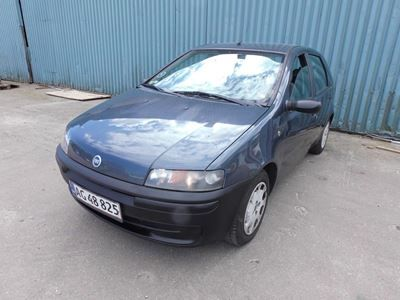 Fiat Punto 1,2 2001 servostyring km 240000 gråmetal nysynet ABS airbag centrallås startspærre service ok Benzin, En frisk nysynet og økonomisk Fiat Punto til små penge.  Bilen kører 17,5 på literen.  Bilen er udstyret med elruder, kopholder, city funktion.  Med nummerplader.  Mulighed for finansiering uden udbetaling.  Køb, salg og bytte med skrotbiler.