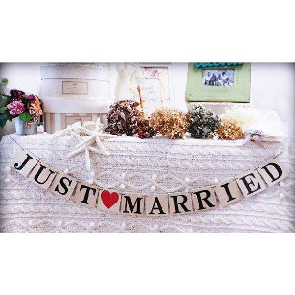 ガーランド 前撮り 結婚式 Just married  木製 JUSTMARRIED木製プレートの可愛いガーランド バナー ウェディングのデコレーションアイテムに、撮影小物、プレゼント、お部屋のオブジェ、用途に合せてお使いください。JUST MARREID ガーランド 木製木製プレートのガーランド JUST MARRIED文字色:ブラックハート:レッド機械で綺麗にカットした、アルファベットを木製プレートに熱でプレスしております。綺麗な仕上がりです。木製なので、存在感があります。風があるビーチフォトなどにも向いています。木製の利点は、風合いが可愛いだけでなく、風でゆれにくいため 屋外・ビーチフォトの際、文字が綺麗に撮影できます。 少々の雨や湿気では変形しません。 文字も圧着させているのでにじみません。【海外ウェディング カメラマンさんからのコメント】  野外撮影では、風があるため紙や布製のガーランドはゆれやすく、お二人がよいショットでも、文字が綺麗に撮影しずらく、木製ガーランドを持参いただいた方の写真はとても撮影しやすかったです。 と使用後のご感想をいただきました。