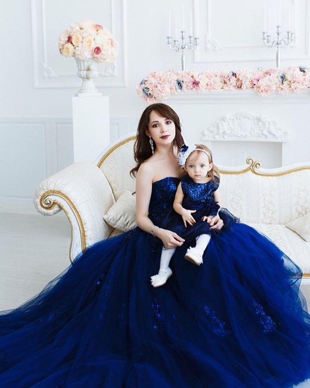 """Детское платье тёмно - синего цвета для фото в стиле """"мама-дочка"""" Идеально сочитается с синим платьем. Топ расшит пайетками, юбка из фатина с подкладкой, пояс - ленточка, позволяет завязать сзади бантик Подходит для размеров: 1-3 года ____________________________________ Макияж @studio_s_s  Укладка @albina_voitko  Платье @prokatdress_ufa  Фото @gaisina_photo  Студия @artmagicufa  Прокат шикарных платьевЗапись, бронирование по тел/WhatsApp 89373677767 Наталья…"""