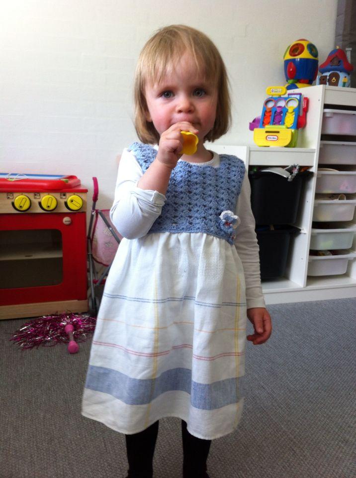 Karoline har fået ny kjole hæklet af restgarn med skød af hørdug. Rent upcycklingsprojekt.