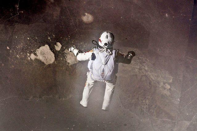 Felix Baumgartner blickt aus 39.000 km im freien Fall auf die Erde.