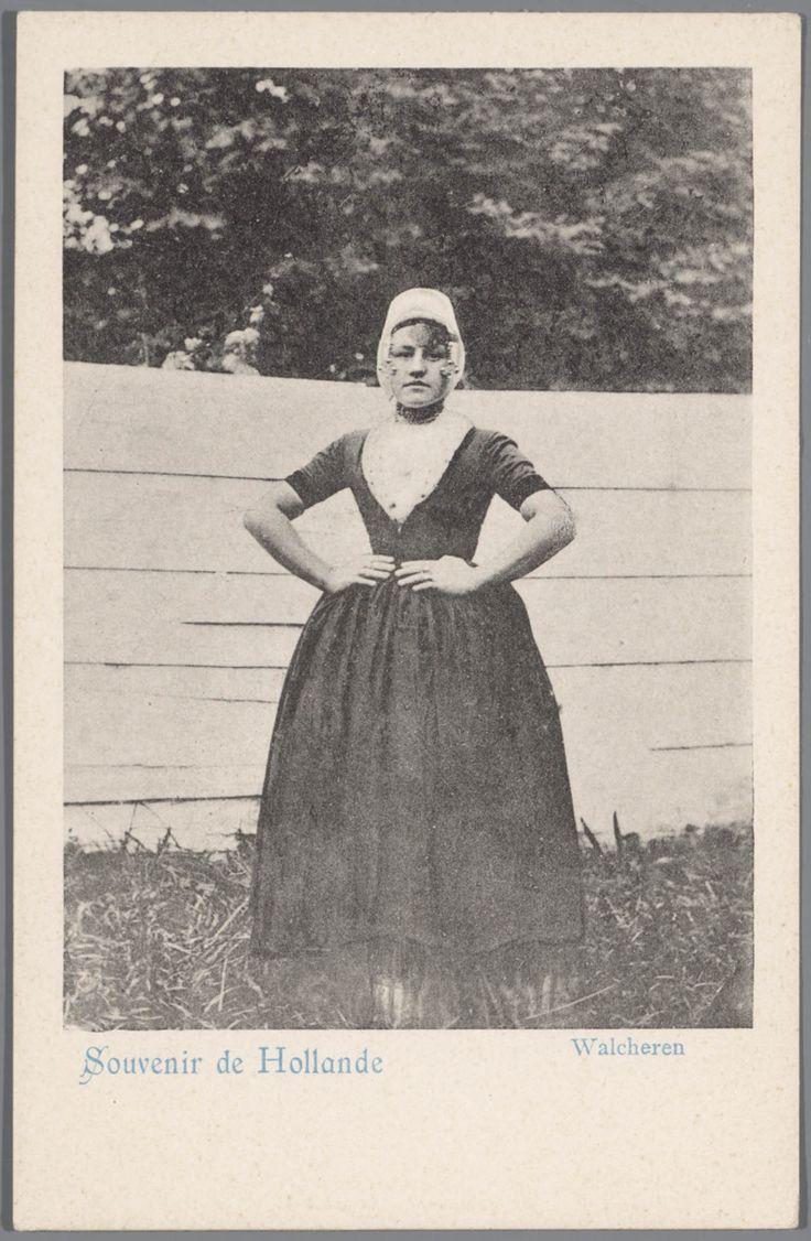 Vrouw in Walcherse streekdracht. De vrouw draagt over haar voorhoofd een brede gouden voorhoofdsnaald. 1898-1905