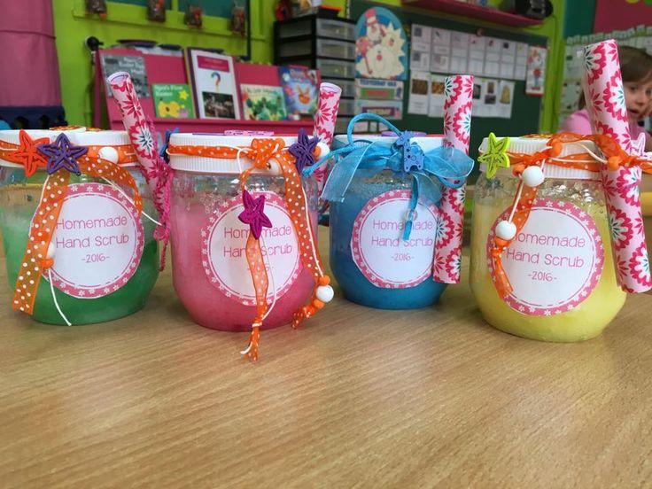 2 tasses de sucre fin 1/4 de tasse de bain mousse Johnson baby bedtime (bouteille mauve, 2€ chez Action) 1/4 de tasse d'huile pour bébé 2 gouttes de colorant alimentaire