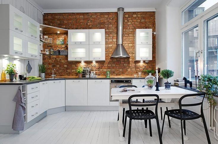 Odkryté tehly sú ústredný bod tejto kuchyne, žiarivo biele skrinky ju nezakrývajú a vynikajú na nej.
