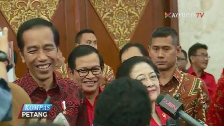 """2 Tahun Lalu Gedung Imigrasi Entikong Benar-benar Kayak Kandang Sebut Jokowi  KONFRONTASI -  Di depan ribuan kader PDI Perjuangan Presiden Jokowi mengungkap capaian yang sudah ia kerjakan selama dirinya memerintah. Salah satunya memamerkan Pos Lintas Batas Negara (PLBN) Terpadu di Entikong Kalimantan Barat (Kalbar). Pos perbatasan yang berbatasan langsung dengan Malaysia. """"Dua tahun yang lalu pada bulan Desember saat saya ke Entikong yang namanya Gedung Imigrasi Gedung Karantina Gedung Bea…"""