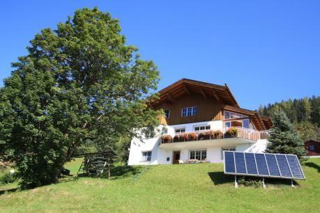 Marija  Op de zonnige zijde van de Bartholomäberg ligt op 1100 m de prachtige vakantiewoning Marija. Het appartement is gelegen in de kelder van het huis met een aparte ingang. Het bestaat uit twee slaapkamers badkamer keuken bijkeuken en een terras met een prachtig panoramisch uitzicht op de bergen. Het hart van de woning is de open haard en biedt bijzondere gezelligheid. Slechts op enkele meters afstand van het appartement zijn prachtige wandel- en looppaden. Binnen een afstand van 200…