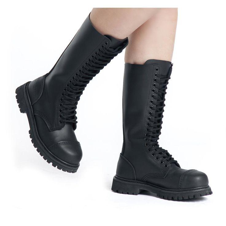 Para el siguiente festival o para el día a día, estas botas con increíblemente confortables y prácticas. La Phantom de 20 agujeros son chulas y protegen tus pies permanentemente de las humedad y suciedad. Incluso en festivales bajo la lluvia donde se camina durante horas o incluso días con barro, donde las Phantom de 20 agujeros valen su peso en oro. Con punta de acero y una altura de la caña de 29 cm.