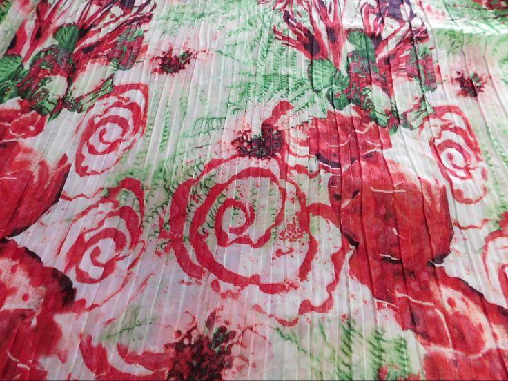 Confira a Musseline Estampada Plissado Vermelho e Verde delicada, cores lindas, vívidas e cintilantes e com toque sutil dando elegância e inspirando suas criações!  Confira esta e outras estampas de Cetim Toque de Seda em nossa loja virtual www.LuemaTecidos.com.br  #tecidos #cetimgloss #cetimtoquedeseda #toquedeseda #vempraluema #luematecidos