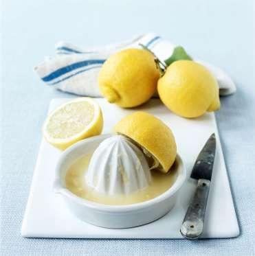 LE JUS DE CITRON Le jus de citron est un excellent détachant et nettoyant pour la douche. Il peut aussi redonner un coup de jeune à vos ongles : versez un peu de jus de citron dans de l'eau chaude et trempez-y vos ongles pendant quelques minutes. Le résultat vous surprendra !
