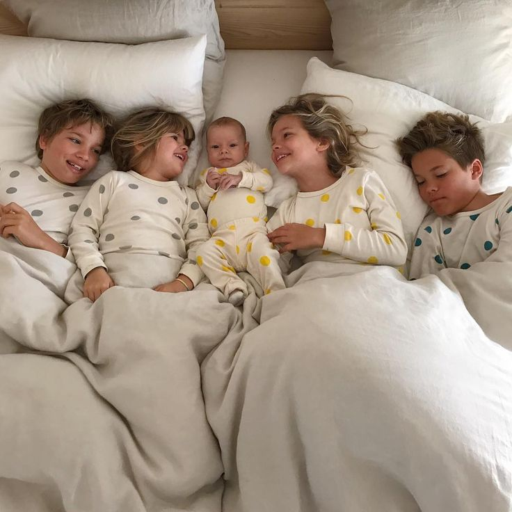 19 тыс. отметок «Нравится», 197 комментариев — Courtney Adamo (@courtneyadamo) в Instagram: «Five spotty babes in my bed this rainy Tuesday morning! ✨ That teeny, yellow @mabokids pyjama  was…»