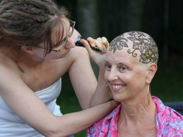 A organização canadense Henna Heals ajuda a melhorar a auto estima de mulheres, que passam por tratamento contra o câncer, de um jeito muito criativo. Usam a arte da henna para enfeitar a a cabeça das pessoas que precisaram raspar os cabelos.