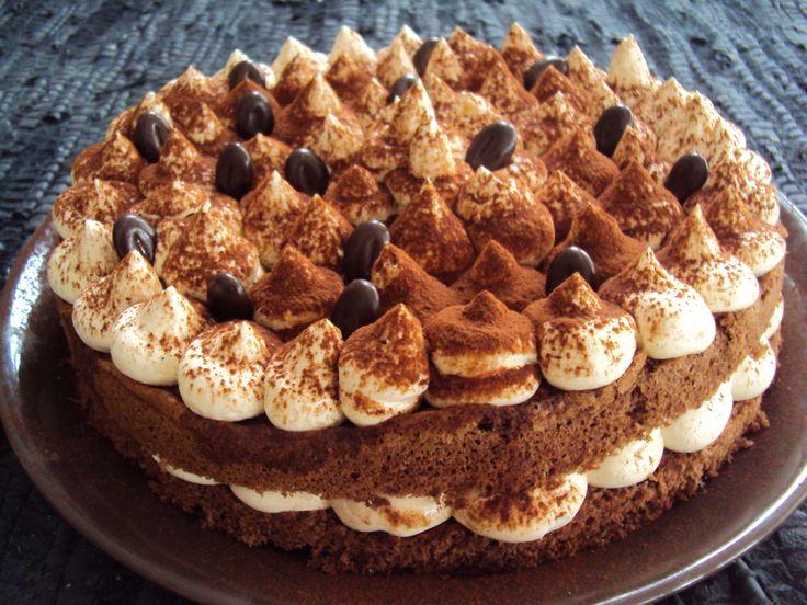 Tiramisukakku - Ihanan suklainen kakkupohja kostutettuna kahvilla ja manteliliköörillä... välissä vaniljaista mascarponevaahtoa:)