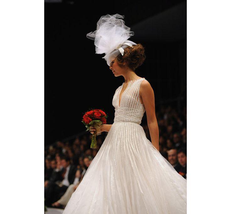 Le défilé Oscar de la Renta croisière 2010 http://www.vogue.fr/mariage/inspirations/diaporama/les-plus-belles-robes-de-mariee-d-oscar-de-la-renta/20857/image/1107821#!le-defile-oscar-de-la-renta-croisiere-2010