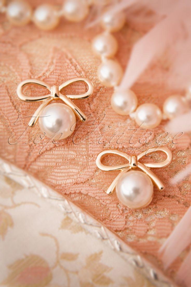 Deze20s Susie Golden Bow and Pearl Earringsvan From Paris with Love! zijn elegante oorbellen met een schattige twist!Op zoek naar elegante maar toch schattige oorbellen? Stop dan met zoeken! Deze oorbellen zijn uitgevoerd in een goudkleurig metalen strik met een mooie glanzende faux parel, so cute! Deze schatjes zijn de kers op de taart voor je vintage oufit ;-)