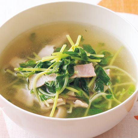 さっと火を通すだけのスピードスープ「豆苗とベーコンのコンソメスープ」のレシピです。プロの料理家・中村陽子さんによる、ベーコン、豆苗などを使った、94Kcalの料理レシピです。