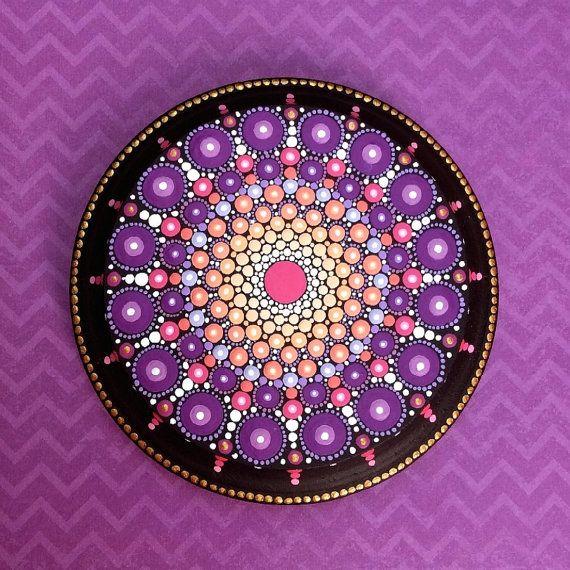 Mein Mandala-Holz Paneele sind handgemalt auf Runde Holzscheiben mit einen schönen abgeschrägten Rand und sind mit zwei Schichten der Matte geschützt verschwinden. Sie sind jedoch nicht für den Außeneinsatz geeignet und nicht für eine Achterbahn eingesetzt werden. Die glatte Oberfläche des diese Holzplatten ist eine wunderbare Oberfläche auf zu malen, und ich kann mir kein besseres Thema als schöne, bunte Mandalas.  Größer als meine standard-Mandala, das gemalte Mandala ist etwa 3,5 breit…