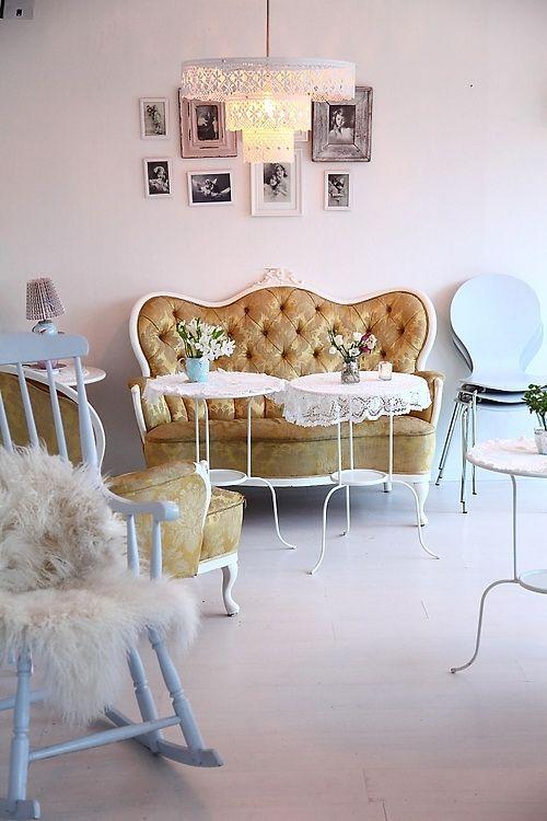 столик с изогнутыми ножками, кружевной абажур, миииило http://nicety.livejournal.com/908801.html#cutid1