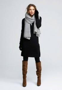 Коричневые сапоги с черным пальто