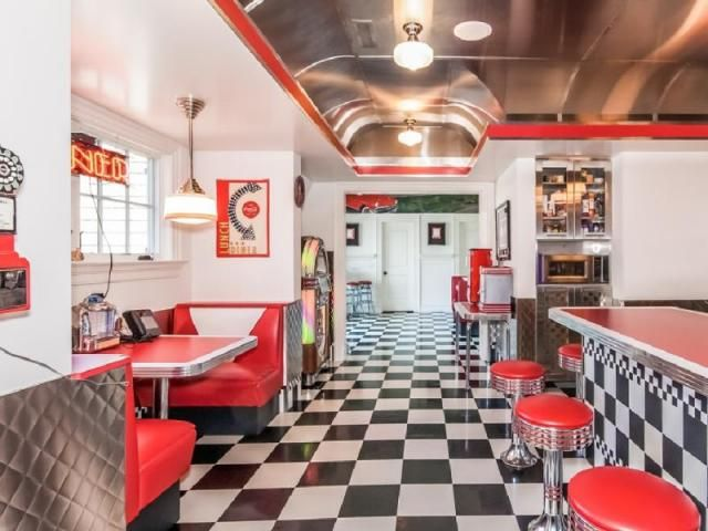 A complete 1950s diner in the basement!