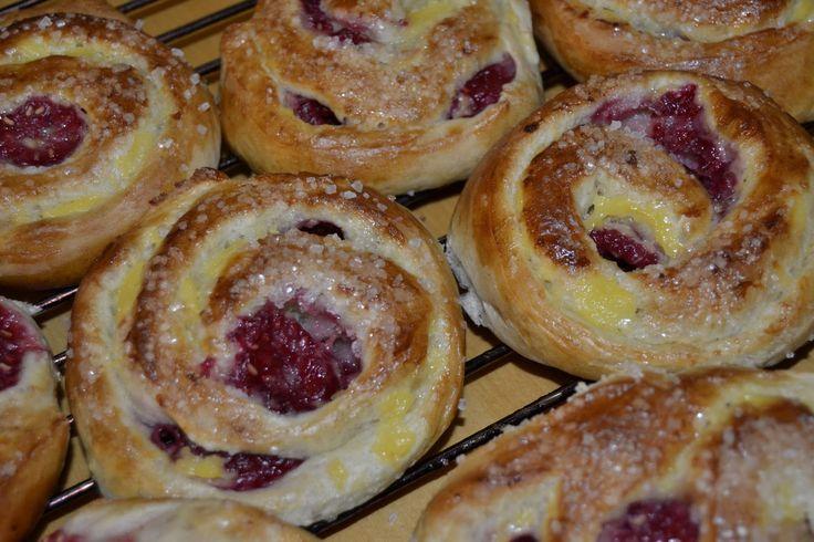Cake Bliss: Bringebærsnurrer med vaniljekrem og friske bringebær