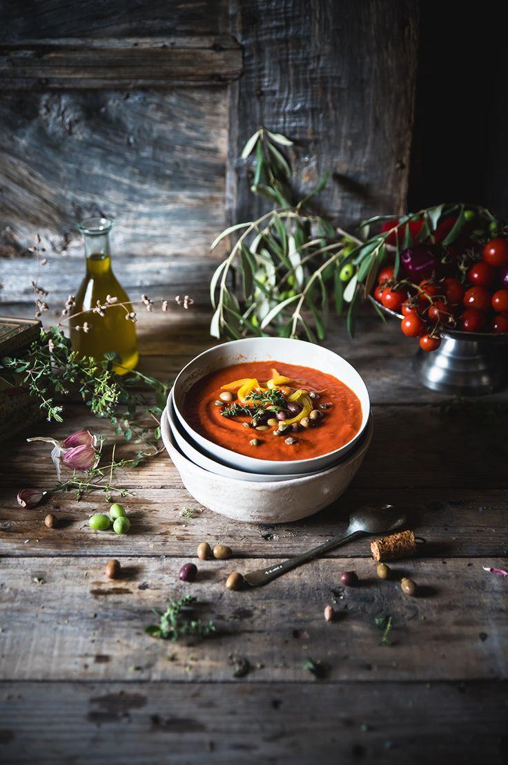 Zuppa di pomodori e peperoni arrosto, con capperi, olive e burrata