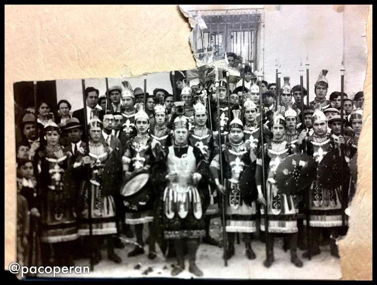 Un tesoro Banda romana del @pasoazullorca. 1940 En Centro capitán Presidente Marcos Cayuela (mi tío abuelo) 2 derecha mi abuelo Enrique #albarracin #lorca #regiondemurcia #ssantalorca