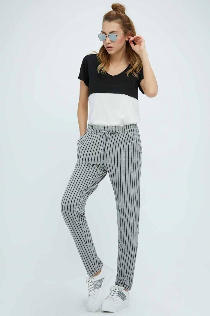 Pantaloni cu dungi si talie medie FullaModa fabricati din vascoza si lycra. Pantalonii au siret in talie si sunt recomandati a fi purtati in sezonul cald.