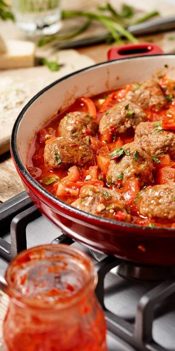 Bei uns gibt es heute die leckeren Fleischbällchen in einer Tomaten-Paprika-Sauce. Wenn du noch keine Idee hast zeigen wir dir gerne wie sie gehen.