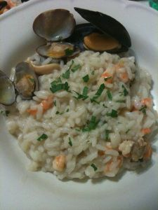 """Questa sera vi propongo un risotto dal gusto delicato e al profumo di mare . Non aspettatevi il classico risotto di mare, ma una variante , definita da mia madre """" buona e delicata"""" . …"""