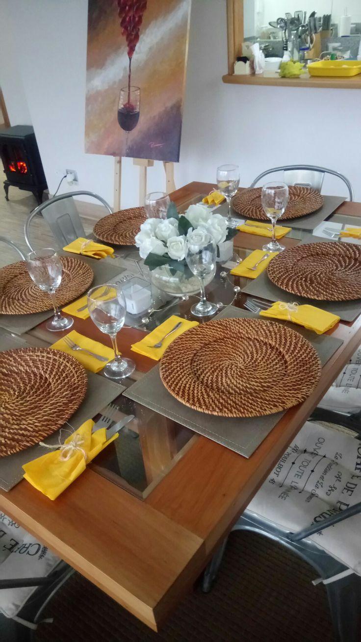 Decoración mesa para cena con amigos, posa platos de madera