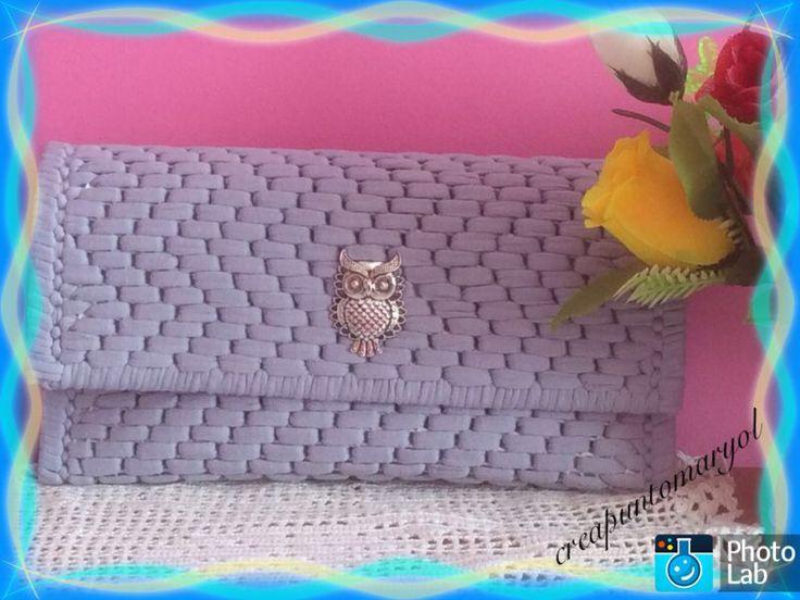 Bolso de mano a trapillo en color azul, forrado en el interior, cierre de iman y adorno de Búho plateado
