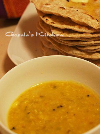 インドの優しいおうちごはん☆ダール                     緑豆の挽き割りで作るカレーというより、スープのようなダール。とても簡単で、優しい味です。チャパティや白いご飯と一緒に☆  材料 ムングダール 200g 玉ねぎ 半分 トマト(大きめ) 半分(小さめなら1個) にんにく(入れなくても) 一かけ 生姜(すりおろし) 一かけ分 水 適量 サラダオイル(またはバター) 大さじ1 ■ ホールスパイス クミンシード(またはパンチホロン※コツ参照) 小さじ1(小さじ2) クミンシード 小さじ1 鷹の爪 1本 ローリエ 1枚 ■ パウダースパイス ターメリック 小さじ1 コリアンダー 小さじ1~2 クミンパウダー 小さじ1/2 塩 小さじ1~(味を見ながら増やす) ■ 仕上げ用 カスリメティ(カレーリーフ)※あれば 小さじ1 バター 大さじ1