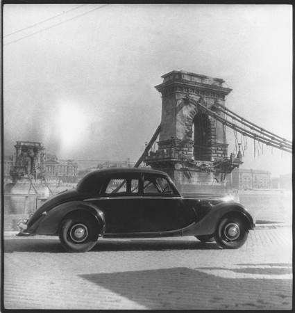 Pécsi József: Budapesti romok Pécsiék autójával 1., 1946, MFM    Bővebben: http://fotomuzeum.hu/fotografiak/pecsi_jozsef__budapesti_romok_pecsiek_autojaval_1