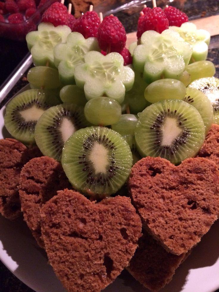 Thijs is jarig en mag uitdelen!  #traktatie #gezond #kruidkoek #fruit #kiwi #komkommer #druif #framboos