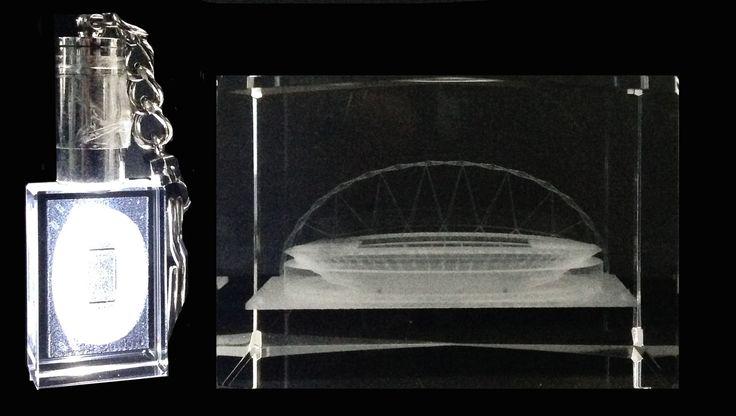 Stadion en een sleutelhanger van kristal met daarin het Wembley stadion. Geschikt voor jongens vanaf vijf jaar oud.   Afmeting: volgt later.. - Stadion+slh engeland kristal: Wembley 7x6x5 cm