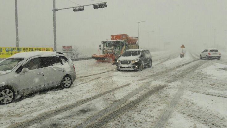 #Misiryeong Penetrating Road, #Gangwon Province Korea | 미시령동서관통도로 | Heavy snow has blanketed Gangwon Province as snow advisories were issued for 16 cities and counties of the province. (January 20, 2017)