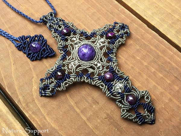 チャロアイトとスギライトを使いマクラメ編みで十字架ネックレスを創りました。