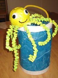 * Octopus van een wasbolletje met muizentrapjes. De zee is gemaakt van qualqueerpapier met daarop wascogolven en ecoline eroverheen.