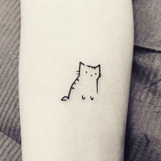 Pero si prefieres a los gatos, este pequeño felino es una tierna alternativa: | 24 Ideas minimalistas para tu próximo tatuaje