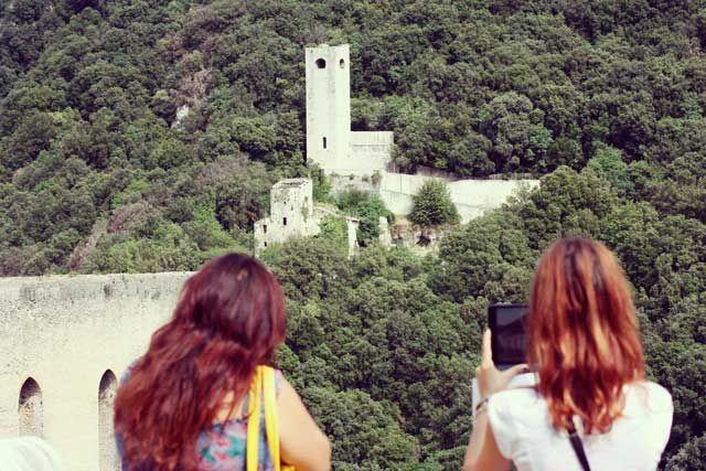 Barbara e Fraintesa all'azione per immortalare il Ponte delle Torri - #Spoleto