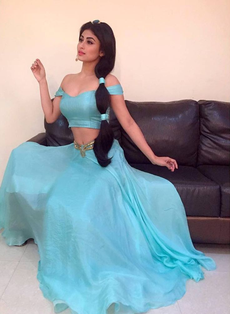Hot and sexy TV Actress from naagin serial mouni Roy aka sivanya  photos and wallpapers