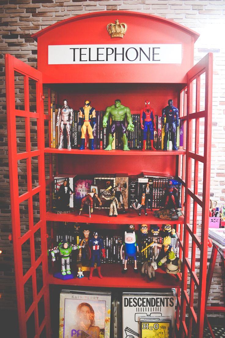 Adorei essa cabine telefonica com bonecos NERDS