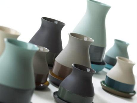 Ontwerper Arjen Brekveld werd in Vietnam geïnspireerd door de keramiekproducten die worden gemaakt van gekleurde klei. Een techniek die niet vaak toegepast wordt in de productie. Brekveld zocht voor zijn keramiekcollectie Bat Trang vases de samenwerking met meneer Nguyen. In deze serie combineert Brekveld de gekleurde klei met verschillende kleuren glazuur. Dat heeft geresulteerd in een prachtige collectie vazen. Met de bijpassende borden zorgt dit voor een bijzondere combinatie.