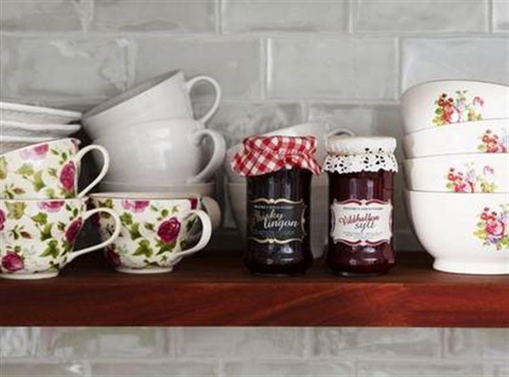 Hyllromantik. Kaffekoppar med rosor, 79:50 kr/st, Indiska. Vita muggar, 49 kr, Åhléns. Syltburkar, 65 kr/st, frukostskålar med rosor, 65 kr/st, allt från Koffert. Kakel FM Jade, 1 629 kr kvm, Kakelspecialisten.