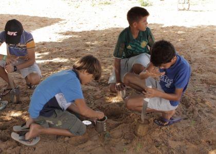 """Localidade: Tatajuba – Litoral do Ceará. Bem fácil de construir e ótimo para brincar, o carrinho de lata é sucesso entre os meninos de Tatajuba – CE. Quando se juntam para fazer eles primeiro """"caçam"""" uma lata, um arame e um fio. Em seguida furam os dois lados da lata. Enchem a lata com areia. …"""